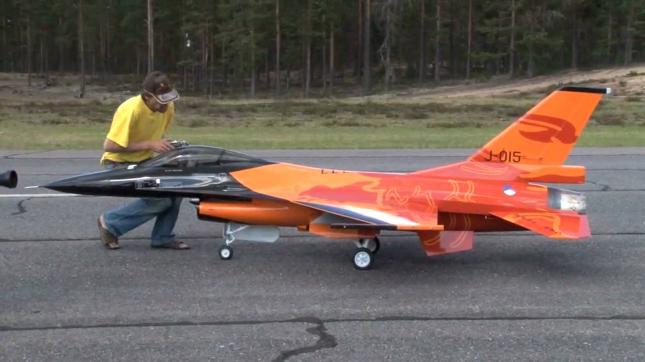 Check Out This Awesome 1/4 Scale Model RC Of The Jet F-16 ...